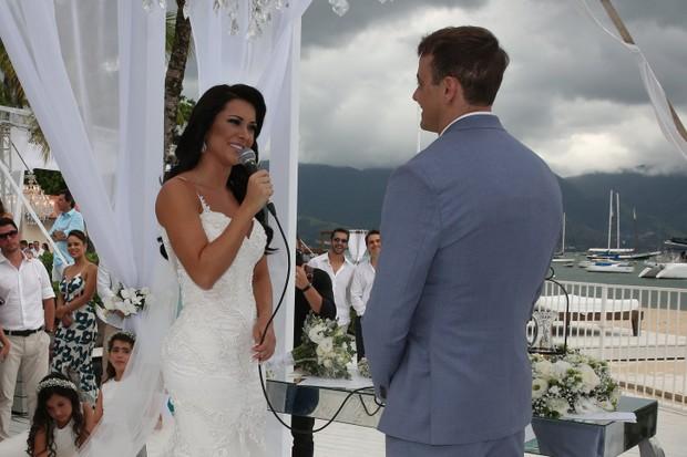 Rogério Padovan e Priscila Ferrari se casam em Ilhabela (Foto: Denilson Santos e Raphael Castello/AgNews)
