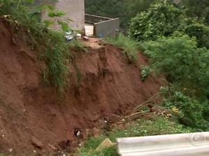 Casas são interditadas após deslizamento de terra em Jundiaí  (Foto: Reprodução / TV TEM)