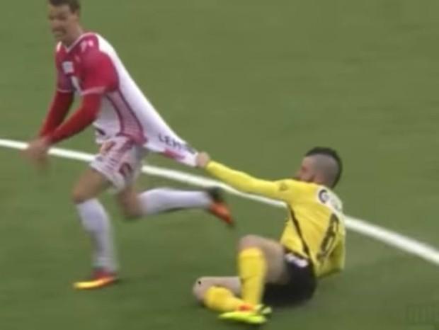 Jogador segura adversário e acaba arrastado na Noruega (Foto: reprodução )
