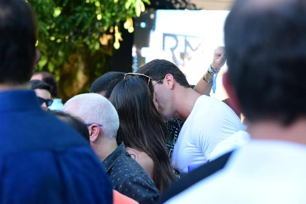 Renata Molinaro troca beijos (Foto: Leo Franco / AgNews)