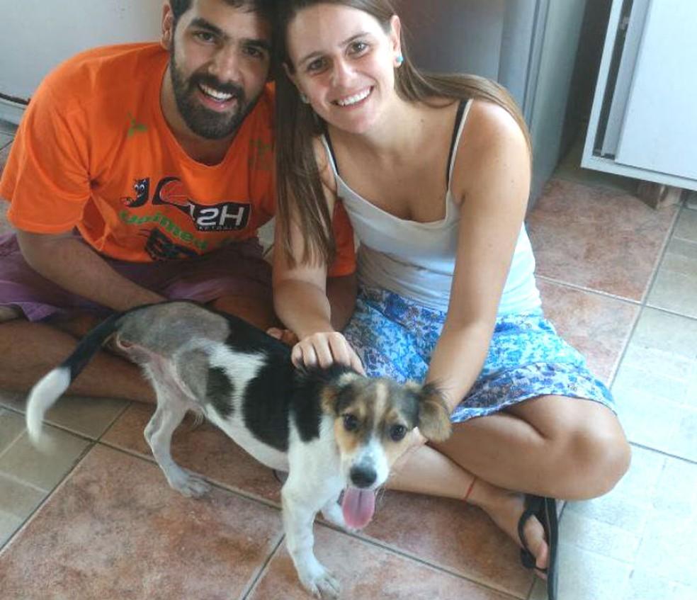 Felipe e a namorada no abrigo onde Pepe foi abandonado e recebeu os cuidados médicos, em Salvador (Foto: Arquivo Pessoal)
