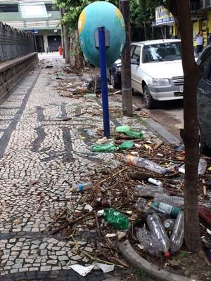 Na Tijuca, muito lixo podia ser visto nas calçadas do bairro (Foto: Susan Vidinhas / G1)