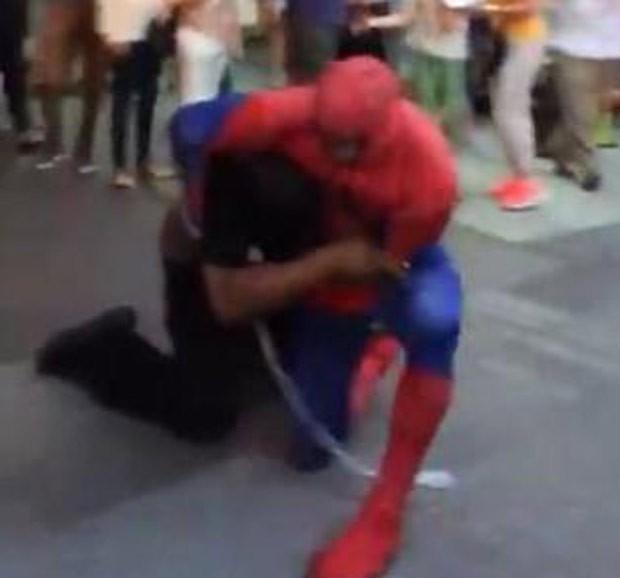 Artista de rua fantasiado de Homem-Aranha atacou homem na Times Square (Foto: Reprodução/YouTube/Geoff Golberg)