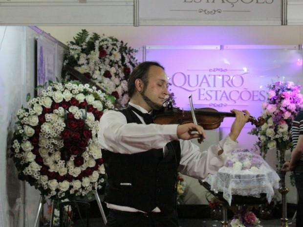 Cerimônia de luxo com violinista, mestre de cerimônias e santinho virtual pode custar R$ 7 mil (Foto: Thais Mendes/ Divulgação)