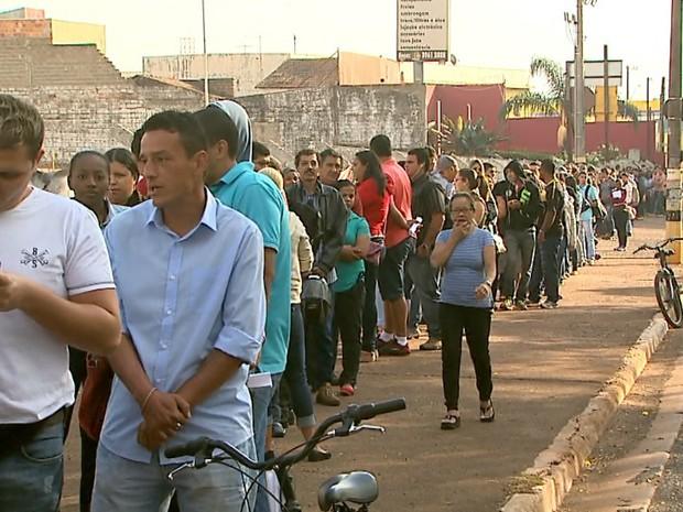 Fila de candidatos a uma das 100 vagas de emprego dobrou o quarteirão (Foto: Paulo Souza/EPTV)