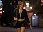 Adriana Birolli grava novas cenas de Amanda com look ousado