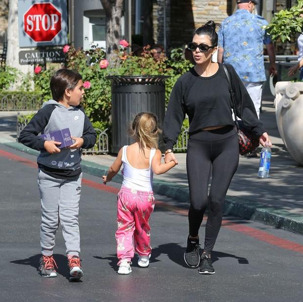 Mason Disick, Penelope Disick e Kourtney Kardashian (Foto: AKM GSI/Brasil)