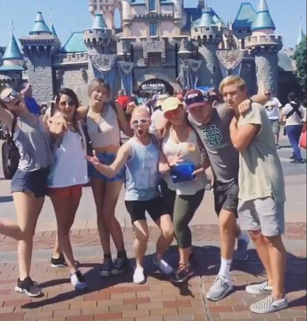 A celebridade Paris Jackson com amigos na Disney (Foto: Instagram)
