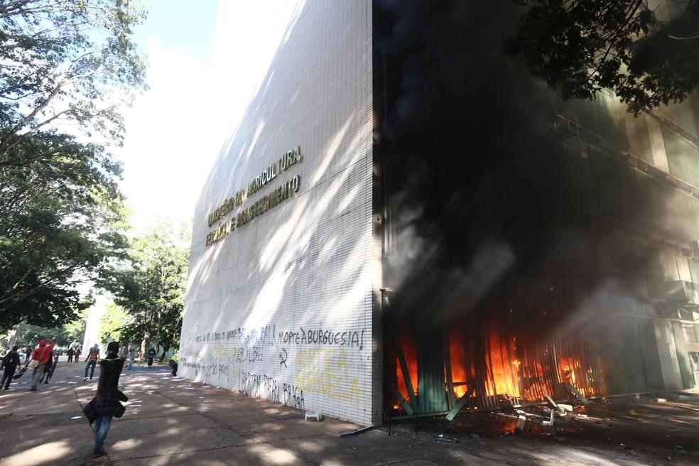 Manifestantes que protestam contra Michel Temer colocam fogo no prédio do Ministério da Agricultura, em Brasília (Foto: Wilton Junior/Estadão Conteúdo)