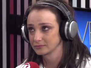 A apresentadora Sabrina Parlatore se emociona no programa 'Morning Show' (Foto: Reprodução/Twitter/JovemPan)