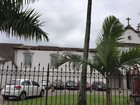 Beiral da Igreja do Valongo desaba sobre cinco carros em Santos, SP