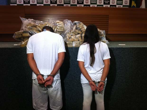 Casal do Distrito Federal foi preso suspeito de transportar 105 kg de maconha em porta-mala de carro (Foto: Isabella Formiga/G1)