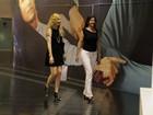 Luma de Oliveira passeia em shopping com a irmã