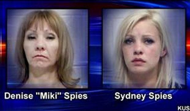 Sydney Spies, de 18 anos, foi presa com sua mãe, Denise Spies, de 45. (Foto: Reprodução)