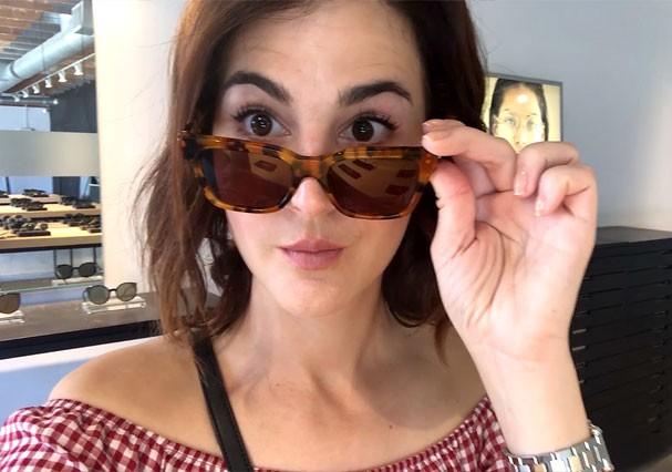 Vic Ceridono experimenta óculos de sol na loja Retrosuperfuture, em Los Angeles (Foto: Reprodução)