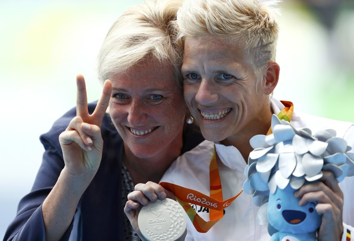 Rainha da Bélgica Mathilde medalha prata  Marieke Vervoort 400m T52 (Foto: Reuters)