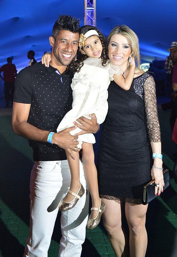 Leo Moura, a mulher, Camila Silva, e a filha, Isabella (Foto: André Muzell e Alex Palarea/AgNews)