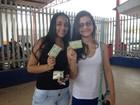Adolescentes pesquisam candidatos (Gaia Quiquiô/ G1)