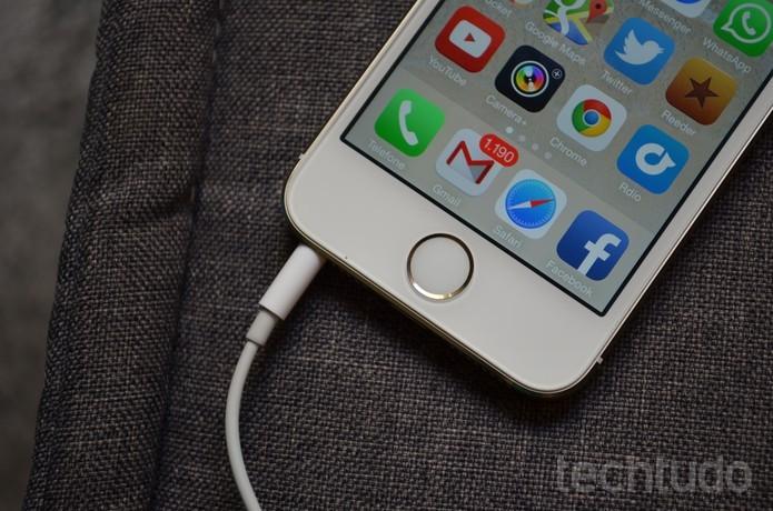 iPhone 5S-carregador-destaque (Foto: iPhone 5S leva a melhor quando o assunto é ficha técnica (Foto: Luciana Maline/TechTudo))