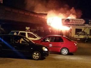 Incêndio começou em madeireira na Avenida Venezuela e se alastrou pela distribuídora, na rua damas da noite, zona Oeste de Boa Vista (Foto: Arquivo pessoal)