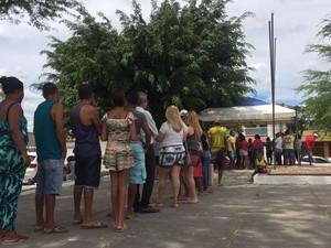 Moradores fizeram fila em unidade móvel instalada em praça de Alagoinhas (Foto: Renata Maia/ TV Subaé)