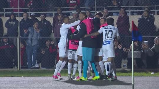 Weverton é defendido por companheiros do Atlético-PR após falha em derrota