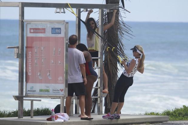 Flávia Alessandra se exercita com os filhos na praia (Foto: Dilson Silva / AgNews)