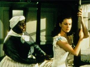 Hattie McDaniel (esq.) e Vivien Leigh em cena de '...E o vento levou'  (Foto: Divulgação)