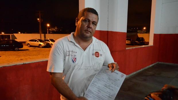 Fabiano Chaves mostra contrato de Fabinho Recife (Foto: João Áquila/GLOBOESPORTE.COM)