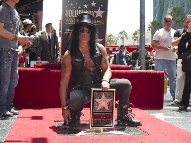 Músico Slash é homenageado com estrela na calçada da fama em Hollywood, na Califórnia, nesta terça-feira (10) (Foto: Joe Klamar/AFP)