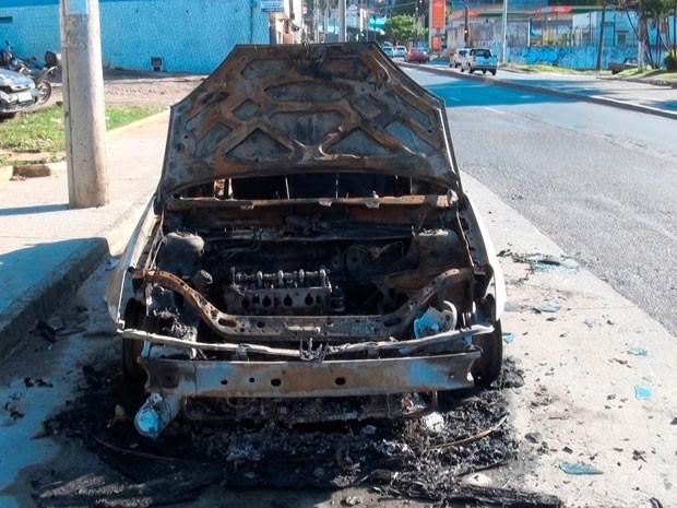 Carro pega fogo em Salvador (Foto: Imagem/TV Bahia)