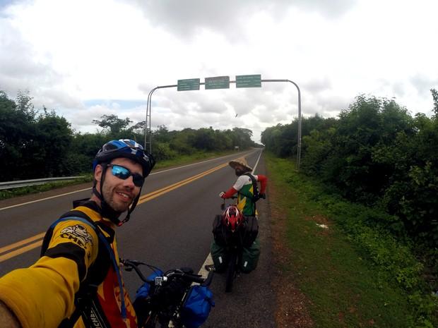 Brasileiros estão percorrendo países para ensinar sobre educação ambiental (Foto: Luiz Henrique Costa/Arquivo Pessoal)