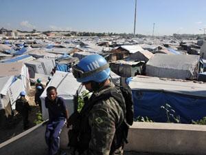 Militar brasileiro no acampamento Jean Marie Vincent, no Haiti, em imagem de novembro (Foto: Marcelo Casall Jr. / Agência Brasil)