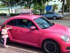 Em Miami, Rafa Justus posa ao lado de carro cor-de rosa