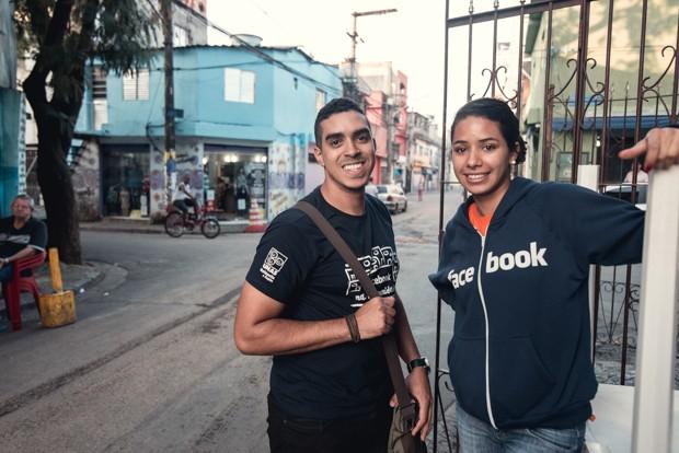 Wesley dos Santos e Nínive Ferreira Nascimento são multiplicadores do projeto na comunidade (Foto: Marcelo Brandt/G1)