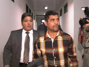 Delegado chegou à delegacia acompanhado do advogado (Foto: TV Verdes Mares/Reprodução)