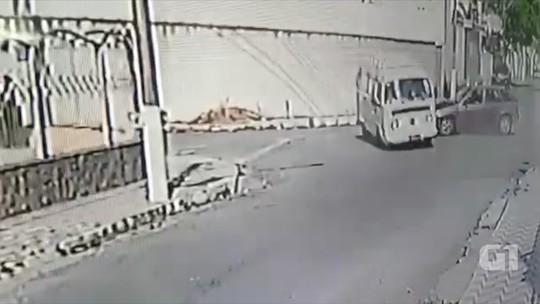 Kombi capota após ser atingida por carro em Aparecida; veja vídeo