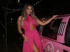 Geisy Arruda vai à festa da 'Sexy' de vestido e limousine rosas