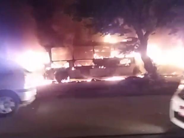 Ônibus foi queimado na noite desta sexta-feira no Bairro José Walter (Foto: Reprodução/ Arquivo Pessoal)