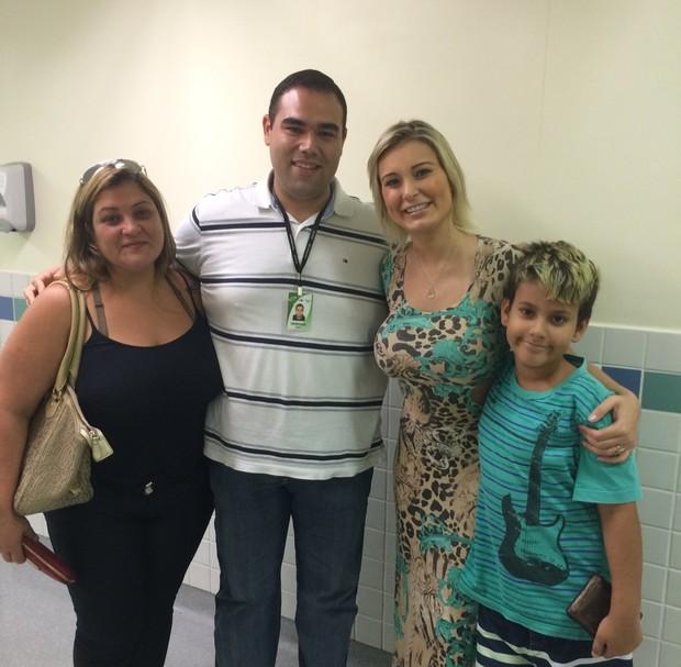 Marisete, Andresssa e o filho, Arthur, com um dos médicos que a tratou (Foto: Arquivo pessoal)