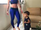 Bella Falconi mostra barriga trincada em foto com a filha