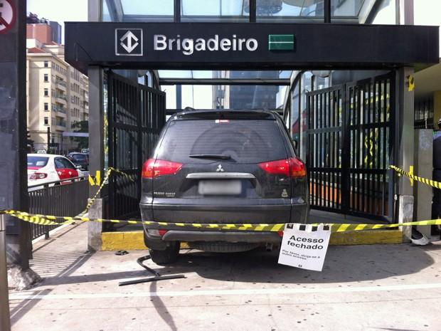 Carro invadiu a entrada da estação Brigadeiro Luiz Antônio na manhã deste sábado (7) (Foto: Letícia Mendes/G1)