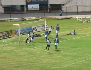 Marques celebra primeiro gol do Leão no Palma Travassos (Foto: César Tadeu / EPTV)