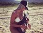 Aryane Steinkopf posta foto de biquíni com cãozinho na praia