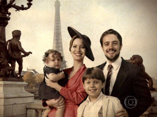 Sílvia e Viktor com a família em Paris (Foto: Joia Rara/TV Globo)