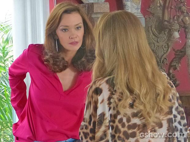 Helena fica pasma com as insinuações de Shirley (Foto: Em Família/ TV Globo)