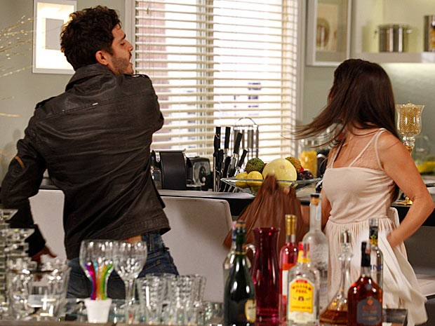 Zenon perde a cabeça e vira um tabefe na cara de Carolina (Foto: Guerra dos Sexos / TV Globo)