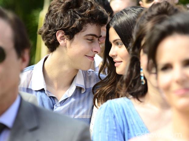 Helena e Laerte fazem juras de amor escondidos (Foto: Ellen Soares / TV Globo)