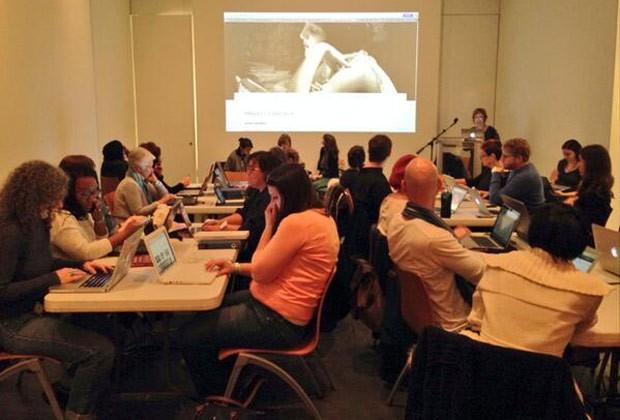 Voluntários se reúnem no Brooklyn Museum adicionou 101 novos verbetes femininos  (Foto: Reprodução / Twitter)