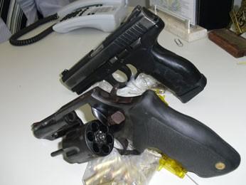 Armas foram apreendidas com os irmãos em Goiana, PE (Foto: Polícia Civil / Divulgação)